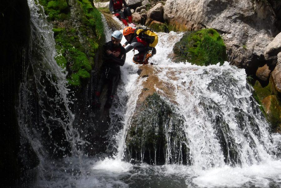 Deporte de aventura. Descenso de barrancos en Cazorla, rio guadalquivir