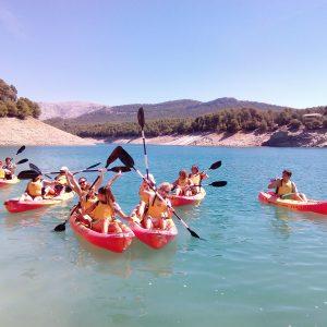 una familia divirtiendose en el embalse de la bolera, kayak