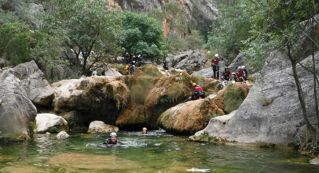 Aventura en Sierra de cazorla Descenso de barrancos en Cazorla, aventura por el rio Guadalquivir