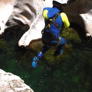 salto al agua haciendo barranquismo en guadalentin