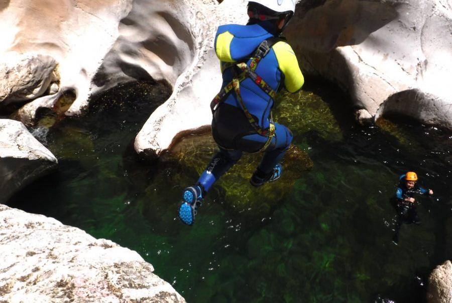 descenso de barrancos. actividades de aventura en el embalse de la bolera en sierra de cazorla