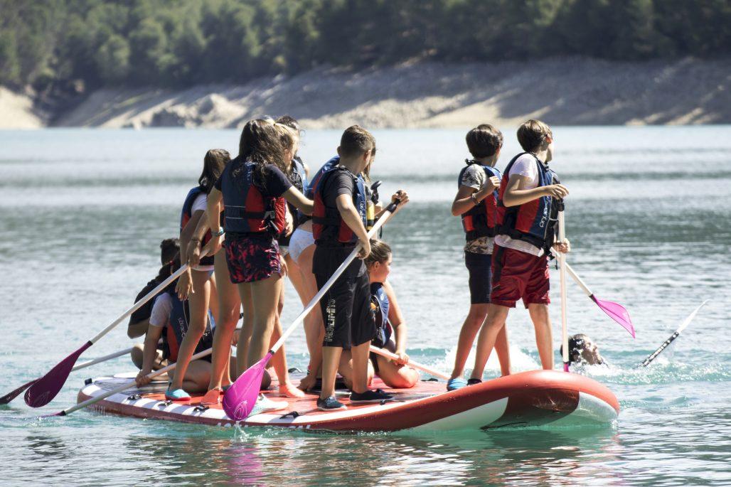 paddle surf para grupos en una tabla de paddle gigante