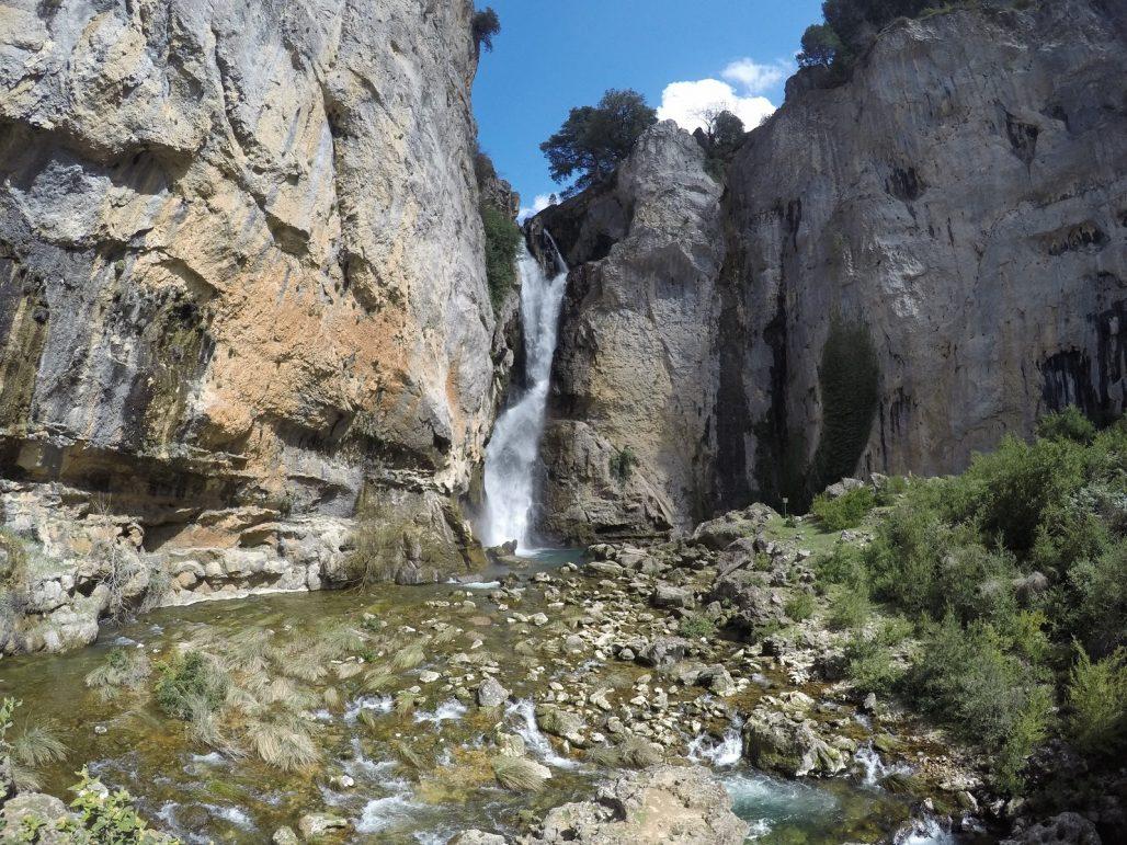 salto de los organos, cascada en sierras de cazorla por el río borosa